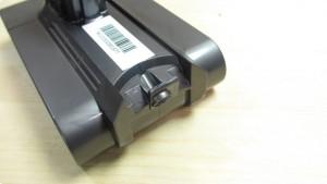 ダイソンコードレスクリーナーのバッテリー止めネジの位置