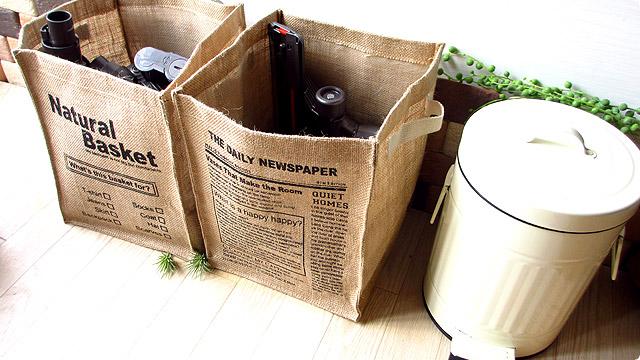 掃除機のノズルをお洒落に収納できる麻製の「新聞ストッカー」