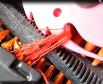 回転ブラシに絡みついた髪の毛や糸をあっという間にカットしてくれる「クリーナーペットハリネズミ」