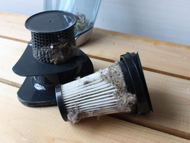 掃除機のフィルターの溝に目詰まりしたゴミを効率よく取り除く方法