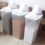 省スペースに収納できるうえ簡単に餌を入れられるフードストッカーは密封米びつが最適